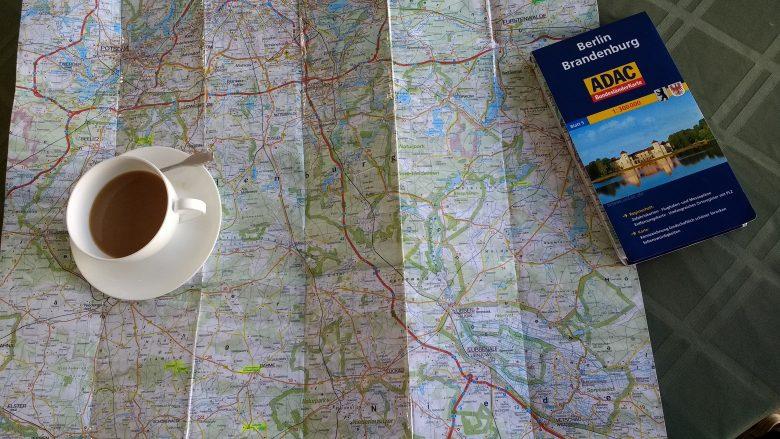 Bild von der Planung der Motorradtour Westhavelland mit einer Landkarte und einer Tasse Tee
