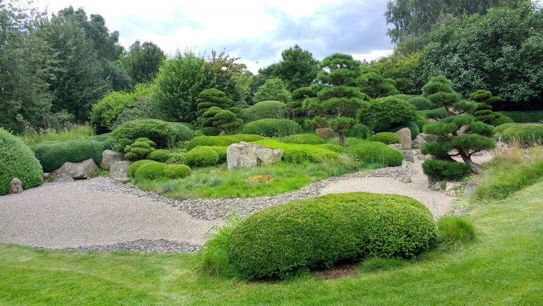 Bild vom Roji-Garten in Bartschendorf im Havelland mit beschnittenen Baeumen