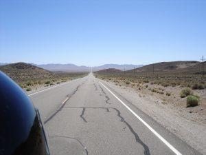 Einsam auf der Strasse auf dem Extraterrestrial Highway in Nevada USA