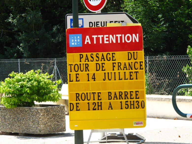 Ankuendigungsschild fuer die Tour de France in der Drôme. Gibt es auch Motorradspass in Brandenburg?