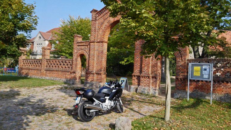 Bild von einer Yamaha FJR 1300 an der Dorfkirche von Radensleben, Lkr. Neuruppin in Brandenburg