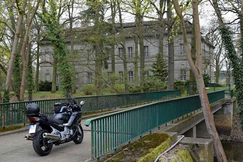 Schloss Kossenblatt, Lkr. Oder-Spree, mit einem Motorrad Yamaha FJR 1300 auf einer Bruecke im Vordergrund