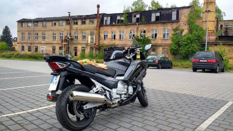 Bild einer Yamaha FJR 1300 auf einem Discounter-Parkplatz in Luckenwalde, weil versaeumt wurde, beste Picknickplaetze fuer Motorradfahrer zu finden