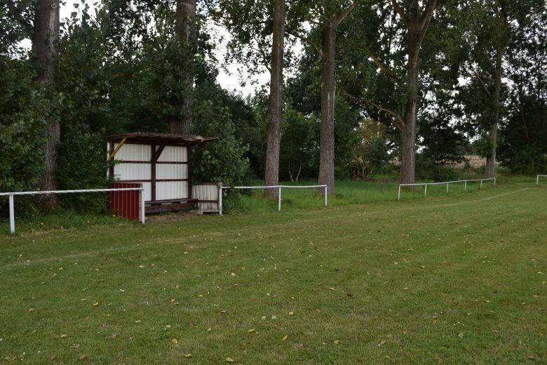 Bild von einem dörflichen Sportplatz mit einem Haeuschen fuer den Trainerals Notlösung fuer beste Picknickplaetze fuer Motorradfahrer