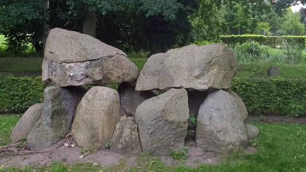 Bild eines kuenstlichen Huenengrabes in Woldegk, gesehen bei einer Motorradtour durch die Uckermark