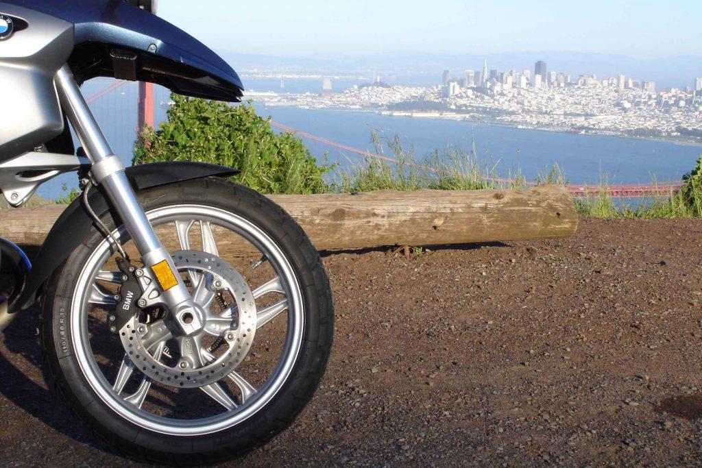 Bild von einer BMW R 1200 GS auf den Marin Headlands am Ende einer Motorradtour auf den Mt. Tam in Kalifornien