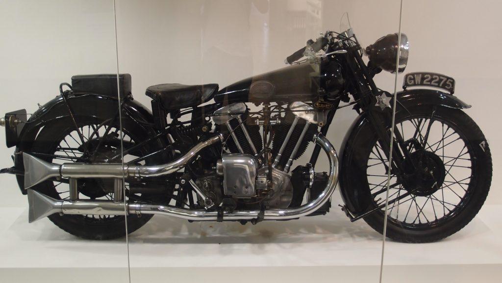 Bild eines Motorrades Brough Superior SS 100, mit der der Schriftsteller T. E. Lawrence tödlich verunglückte als Beispiel für einen Motorradfahrer im Geschwindigkeitsrausch