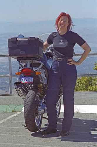 Bild einer rothaarigen Motorradfahrerin vor einer BMW R 1200 GS bei einer Motorradtour auf den Mt. Diablo in Kalifornien