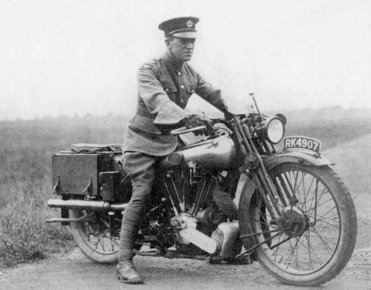 Bild des Schriftstellers T. E. Lawrence auf seiner Brough Superior, auf der er als Motorradfahrer im Geschwindigkeitsrausch tödlich verunglückte