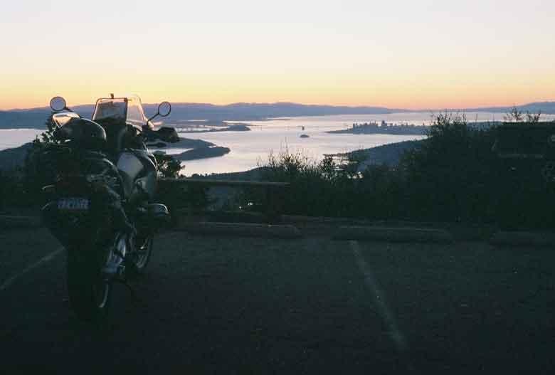 Blick über die San Francisco Bay bei Sonnenaufgang vom Mt. Tamalpais in Kalifornien