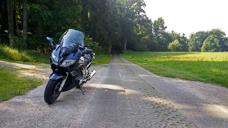 Bild von einer Yamaha FJR 1300 bei einer Motorradtour zur Havelquelle auf Plattenweg im Mueritz-Nationalpark