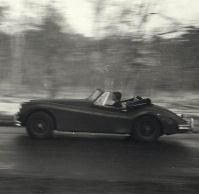 Bild der französischen Schriftstellerin Françoise Sagan in einem Jaguar Cabriolet, mit dem sie über die französischen Landstrassen rast
