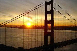 Bild vom Sonnenaufgang über San Francisco, gesehen durch die Golden Gate Bridge
