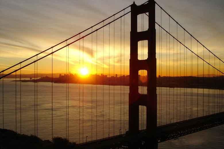 Sonnenaufgang über San Francisco, gesehen durch die Golden Gate Bridge