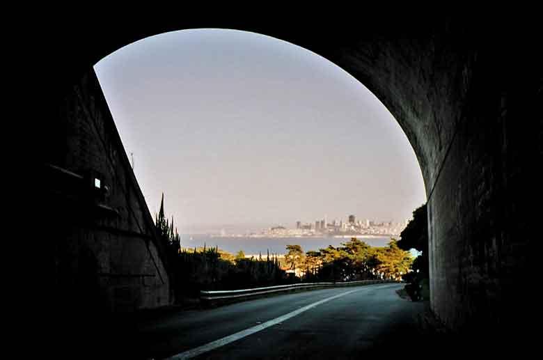 Bild vom Blick auf San Francisco am Morgen vom Tunnel bei Sausalito aus nach einer Motorradtour auf den Mt. Tamalpais in Kalifornien