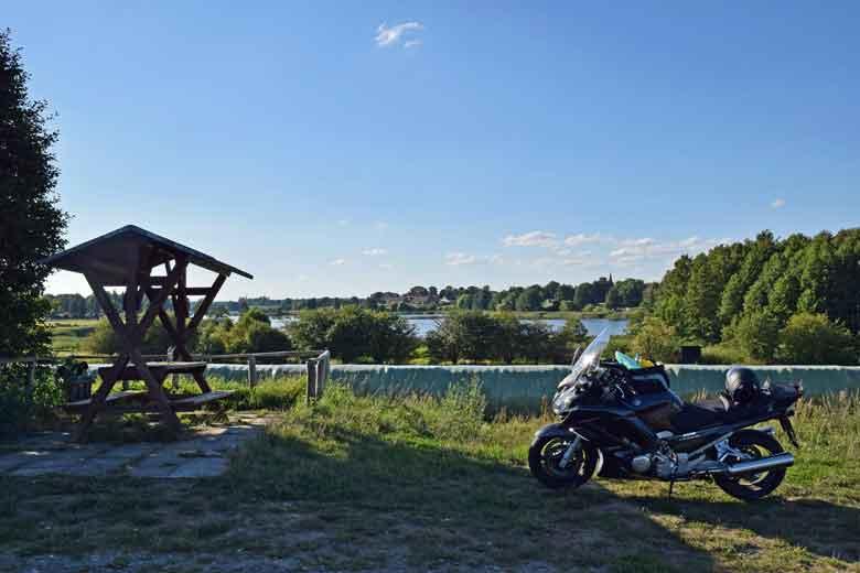 Bild von einer Yamaha FJR 1300 an einem Rastplatz bei Seebeck in Brandenburg mit dem Vielitzsee im Hintergrund