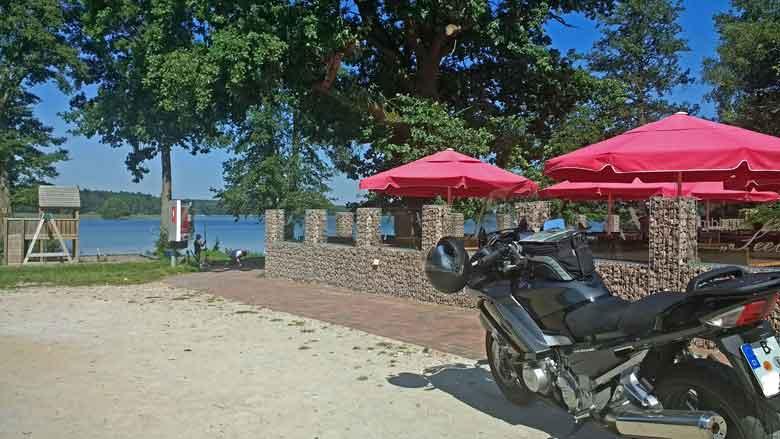 Bild von einer Yamaha FJR 1300 bei einer Kaffeepause im Garten der Useriner Mühle bei Neustrelitz auf eienr Motorradtour zur Havelquelle