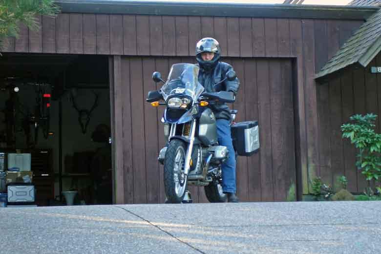 Bild eines Mannes auf einer BMW R 1200 GS vor seiner Garage