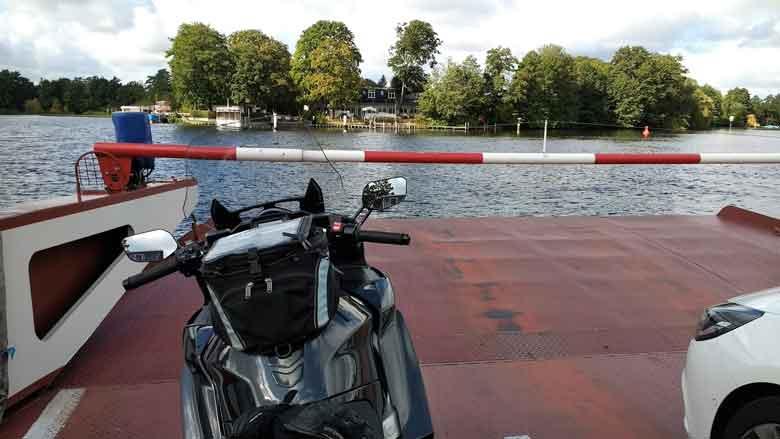 Bild der Autfofaehre von Berlin Heiligensee nach Spandau bei einer Havel Motorradtour mit Yamaha FJR 1300 in Pole Position