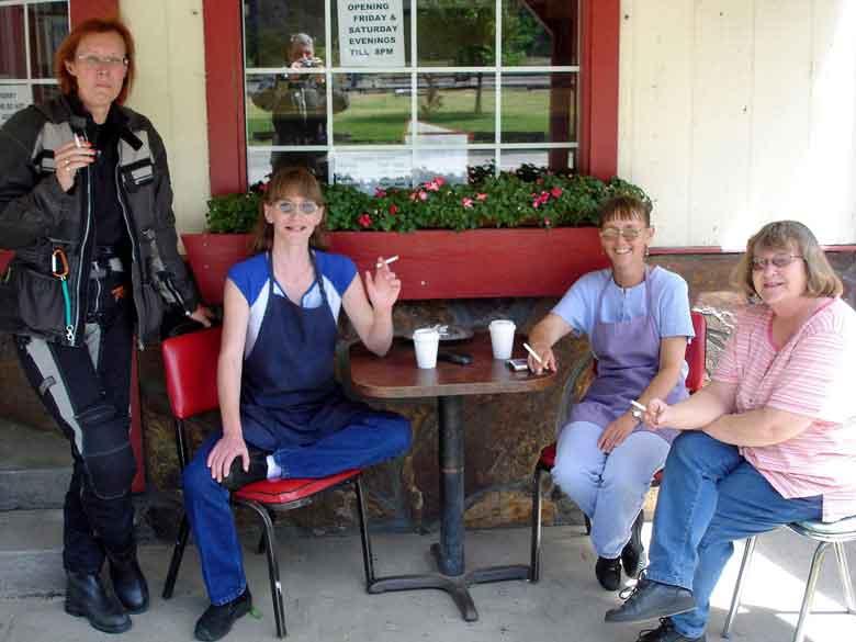 Plauderei bei der Rast auf einer Motorradtour in Paradise Post, Clark Fork Valley, Montana