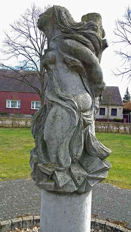 Bild des Denkmals für die Butterhexe in Semlin, der letzten in Brandenburg verbrannten Hexe