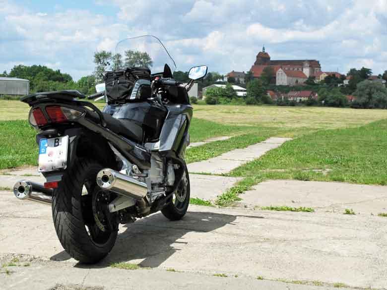 Bild des Doms von Havelberg mit einer Yamaha FJR 1300 im Vordergrund
