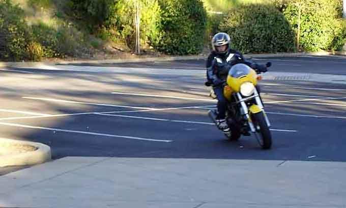 Junge auf einem gelben Motorrad Ducati Monster 750 bei Fahrschulübungen als Beispiel für Motorradfahren mit Kindern