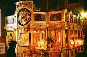 Bild von Kirchenbesuch bei Herbsttour an der Moskwa mit Innere einer orthodoxen Kirche am Wegesrand und brennenden Kerzen