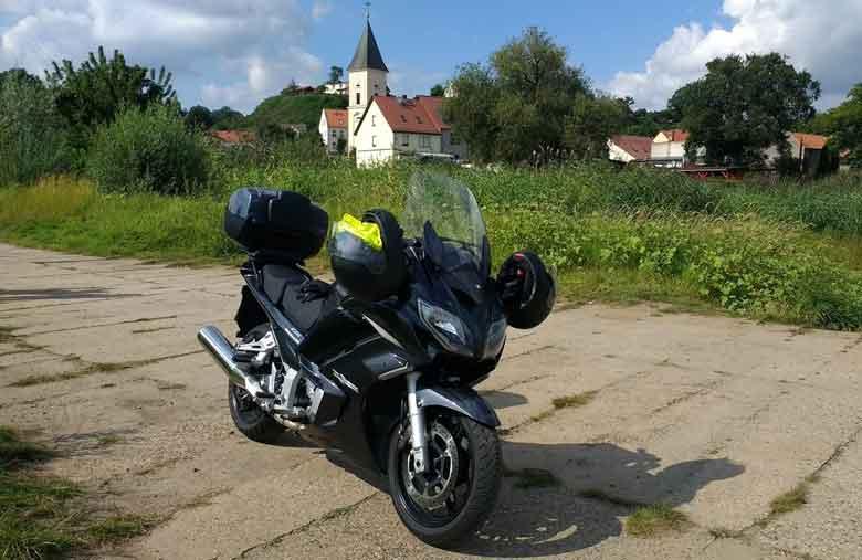 Bild eines Motorrades Yamaha FJR 1300 bei Lebus an der Oder mit der Kirche im Hintergrund bei einer Motorradtour Spree Oderland