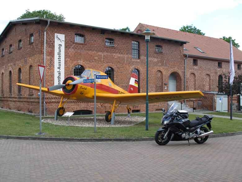 Bild eines tschechischen Agrarflugzeuges und einer Yamaha FJR 1300 am Lilienthal Centrum in Stoelln in Brandenburg