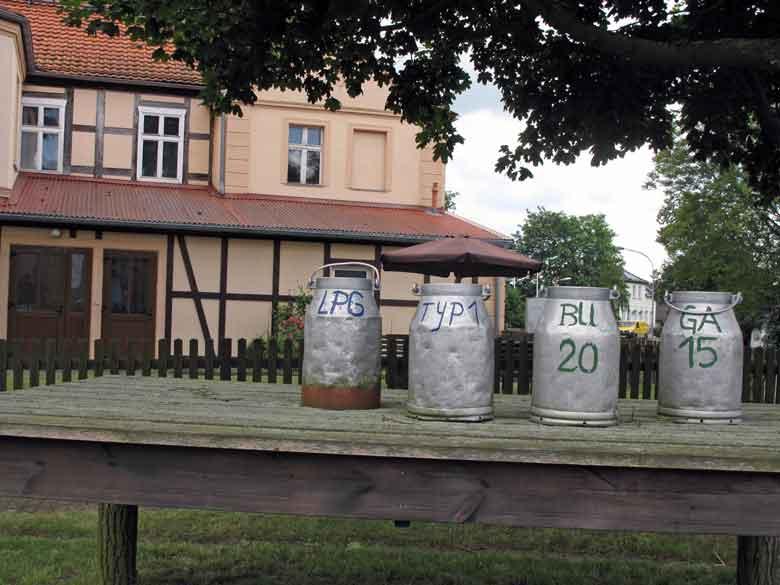 Bild von Milchkannen in Stoelln in Brandenburg mit der Aufschrift LPG Typ 1 und BuGa 2015