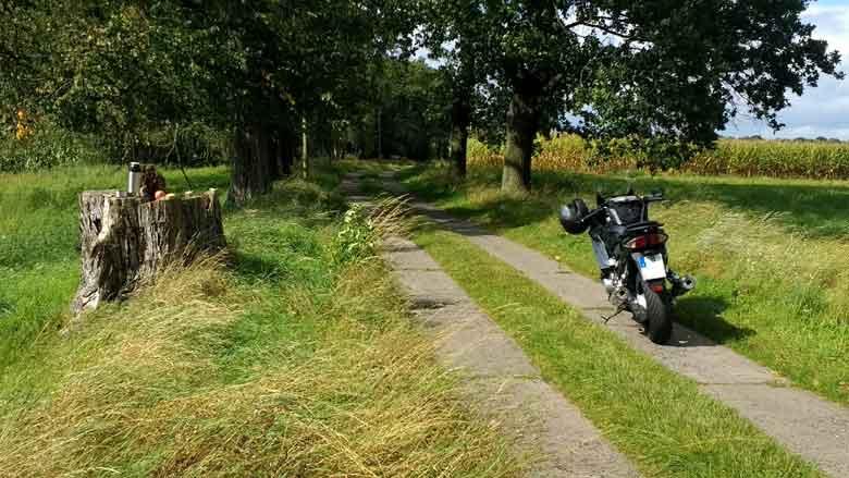 Bild von einem Picknick im Rhinluch auf einer Havel Motorradtour