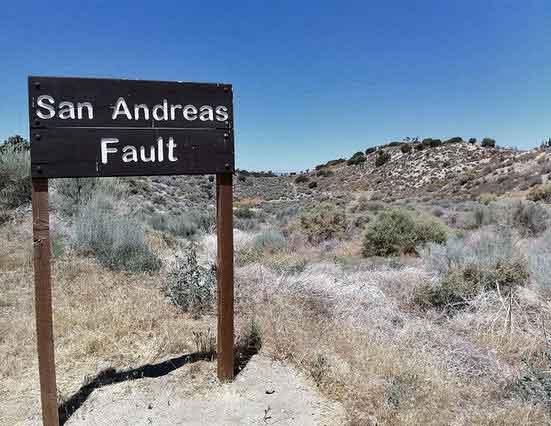 Bild eines Hinweisschildes der San-Andreas-Verwerfung in den kalifornischen Bergen