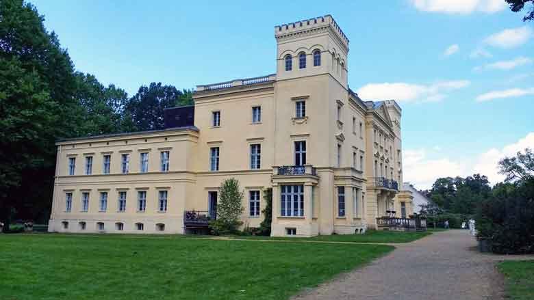 Seitenansicht des klassizistischen Schlosses Steinhoefel im Landkreis Oder-Spree in Brandenburg