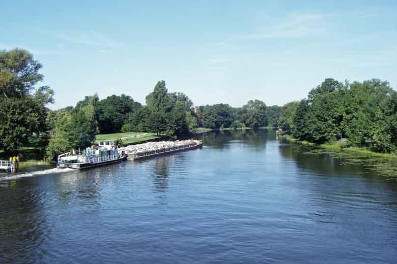 Bild der Spree mit einem Frachtschiff bei Fuerstenwalde, Landkreis Oder-Spree in Brandenburg