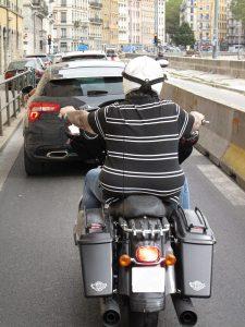 Bild eines dicken Menschen auf einer Harley Davidson in Frankreich