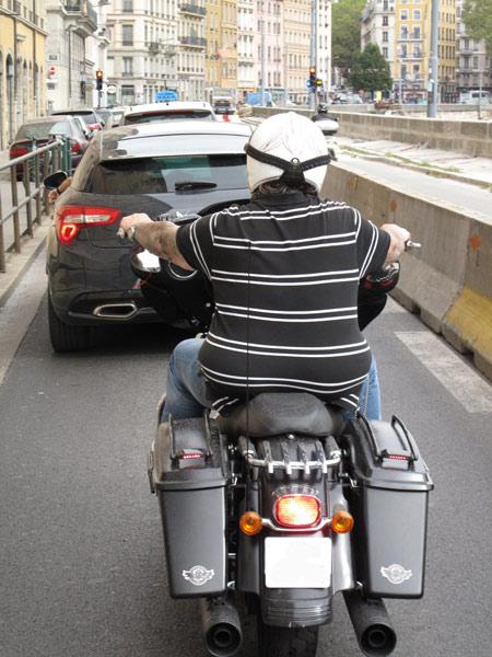 Dickenr Mensch auf einer Harley Davidson in Frankreich