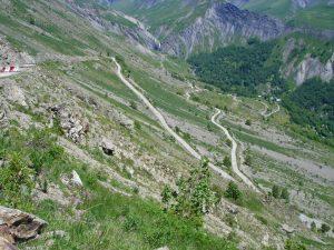 Bild der Abfahrt von der Alpe d'Huez in den französischen Westalpen