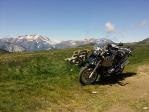 Mittagspause mit BMW R 1200 GS auf der Alpe d'Huez in den französischen Westalpen