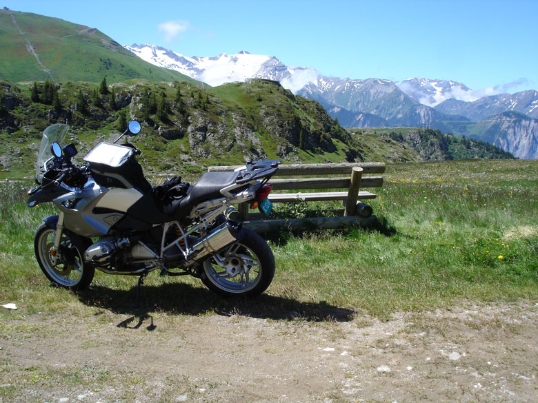 Mittagspause neben einer Holzbank auf der Alpe d'Huez mit BMW R 1200 GS
