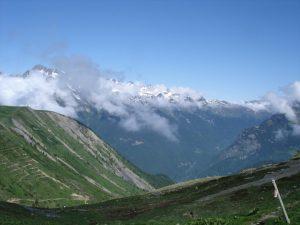 Bild der Alpe d'Huez mit wolkenverhangenem Gebirgspanorama