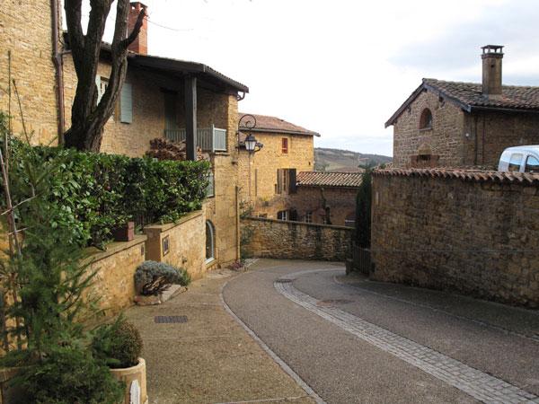 """Bild eines Dorfes im Beaujolais mit""""pierres dorées"""", den goldenen Steinen"""