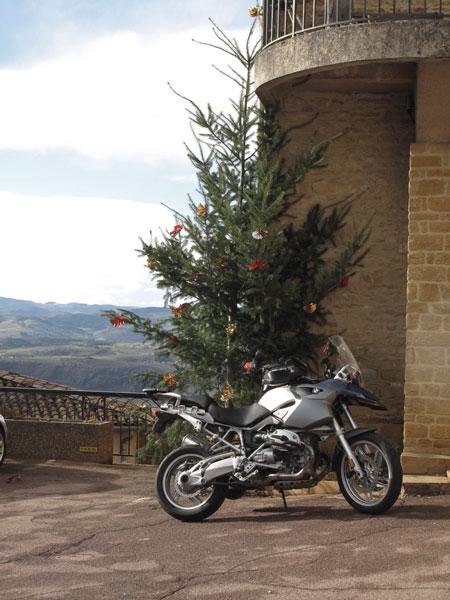 Bild eines Motorrades BMW R 1200 GS unter einem Weihnachtsbaum in Oingt bei einer winterliche Beaujolais Motorradtour