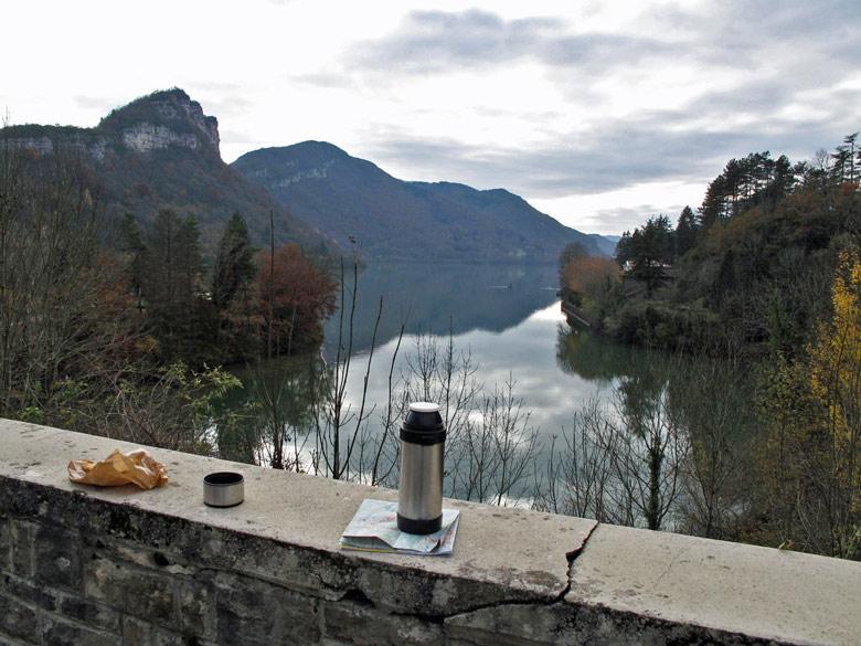 Picknick auf einem Mäuerchen mit Thermosflasche und Croissants und den Gorges de'l Ain im Hintergrund
