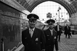Bild zwei Eisenbahnschaffner Bahnhof Moskau am Bahnsteig vor fahrbereitem Zug stehend