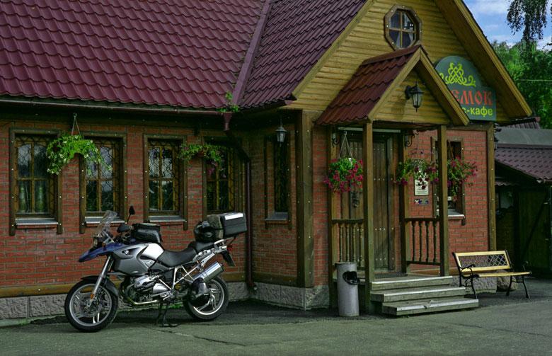 Bild von einer Kaffeepause auf einer Motorradtour in Russland im Dorf Schtschegolowo mit Motorrad BMW R 1200 GS beim Motorradfahren in Moskau und der Provinz