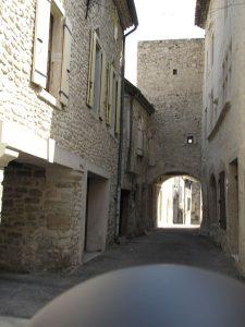 Bild von der Durchfahrt einer engen Gasse in der Altstadt von Taulignan in der Drôme