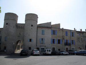 Bild von der Altstadt von Taulignan in der Drôme mit zwei Tortuermen