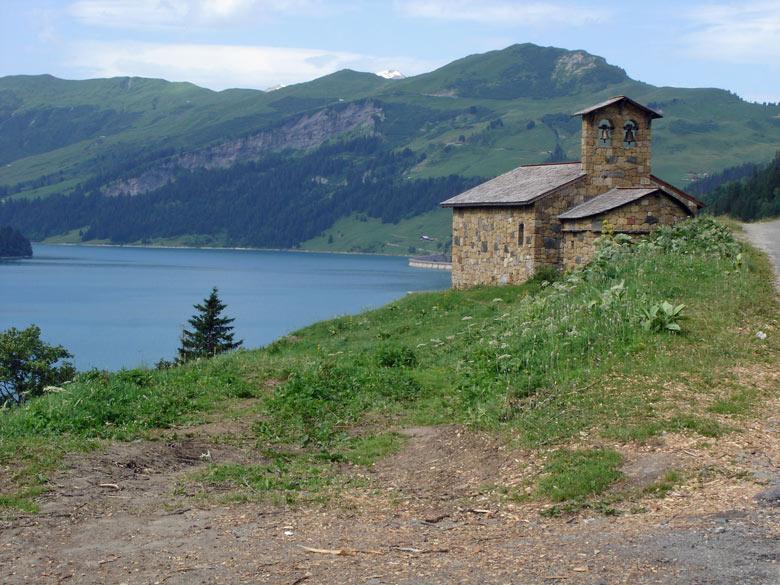 Kapelle von Roselend in den französischen Westalpen bei einer Motorradtour zum Kleinen St Bernhard