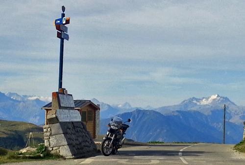 Bild einer BMW R 1200 GS auf dem Col de la Madeleine mit der Gebirgskette im Hintergrund